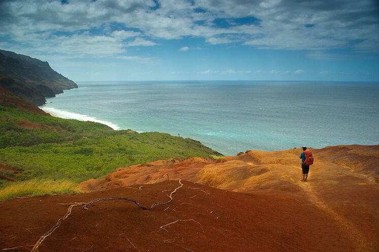 Wandern an den Klippen des Kalalau Trail – vielleicht der schönste Küstenweg des Südpazifik