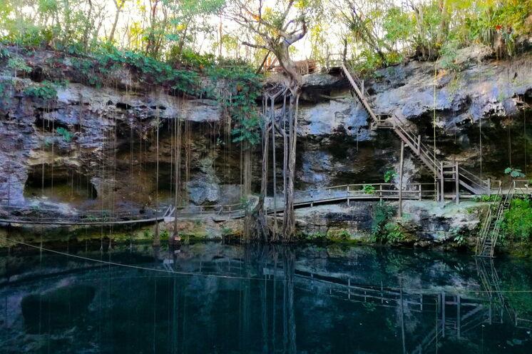 Cenote Xcan Ché - Sie übernachten direkt neben solch einer gefluteten Höhle, einem heiligen Ort der Maya