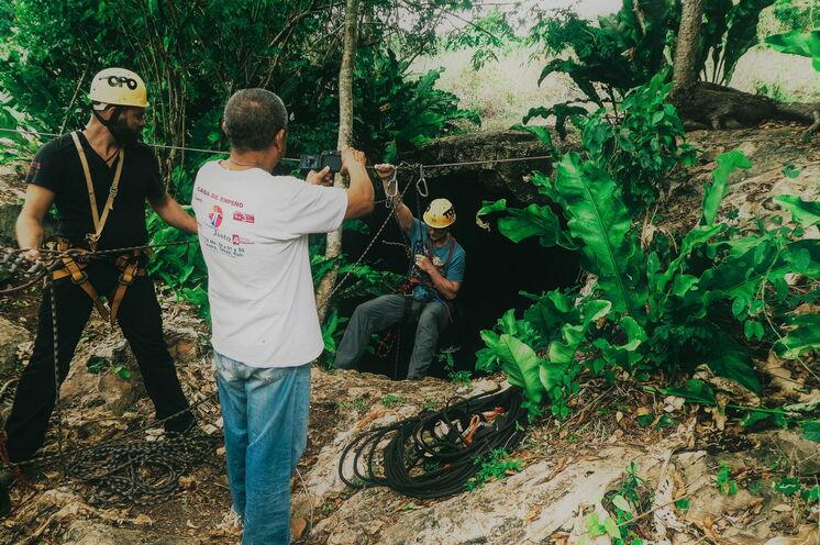 """An Tag 6 erobern Sie gemeinsam mit dem Höhlenforscher Mario """"Topo"""" eine Höhle, die von bisher nur sehr wenigen Touristen betreten wurde und erfahren mehr über die Mythen der Maya"""