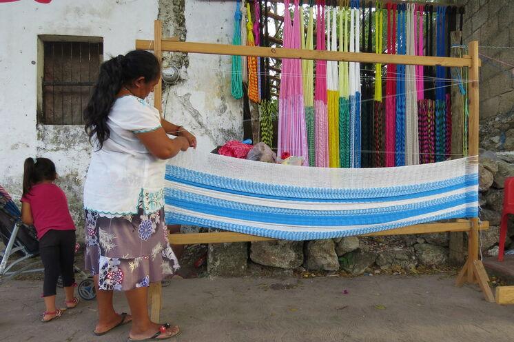 Rund um Valladolid sind Sie in urigen Mayadörfern unterwegs und können z.B. beobachten, wie Hängematten hergestellt werden