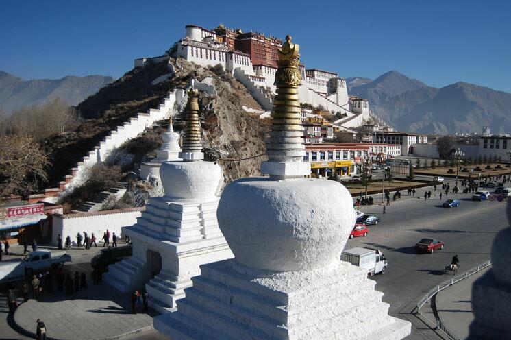 Erhaben thront der Potala-Palast mit seinen 999 Zimmern über den Dächern von Lhasa
