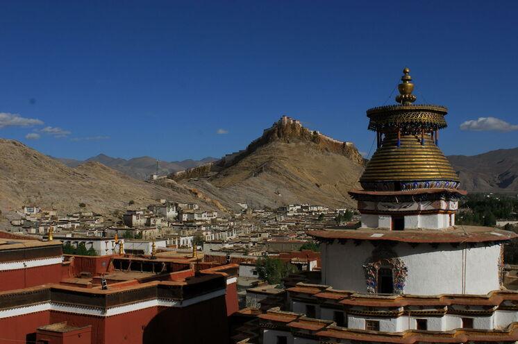 In Gyantse erwartet Sie der Zauber des alten Tibet. Auf einem hohen Felssporn am Nyang Chu liegt die Festung Gyantse Dzong.