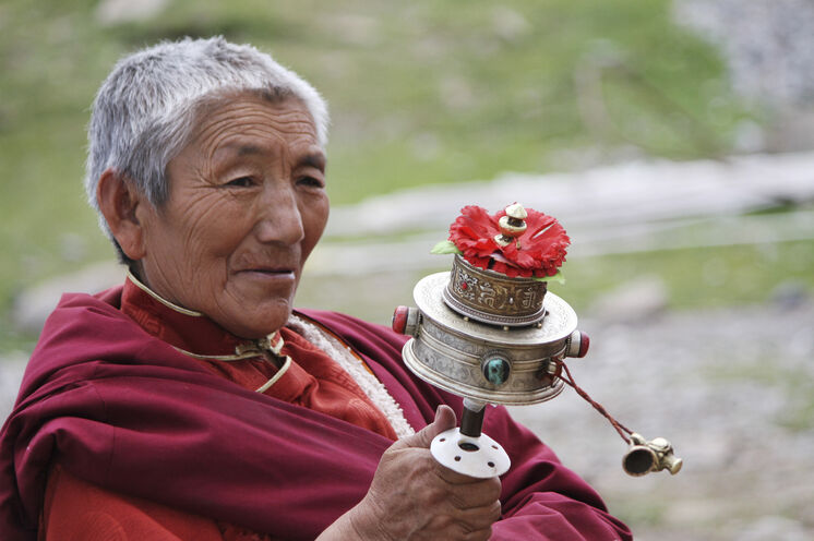 In ganz Tibet begegnet man Mönchen, Nonnen und  frommen Pilgern mit ihren immer drehenden Gebetsmühlen