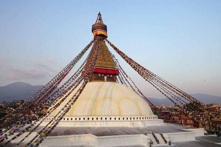 Im Osten von Kathmandu erhebt sich der große Boudhanath-Stupa, der rund um die Uhr von weit her angereisten Pilgern umrundet wird