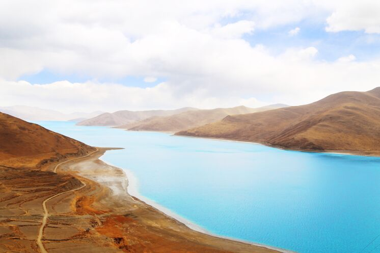 Glasklares Wasser gepaart mit einer prachtvollen Bergkulisse machen den erhöhten Yamdrok-See in Tibet zu einer wahren Traumkulisse