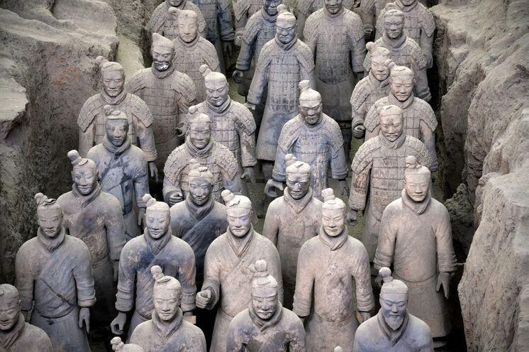 Die Terrakotta-Armee in China gilt als achtes Weltwunder. Mindestens 3000 Soldaten, Pferde und zirka 40.000 Waffen wurden bisher zur Besichtigung freigelegt.
