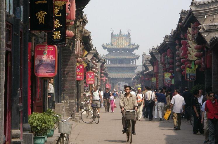 Pingyao wurde als erster Ort in China zum Weltkulturerbe durch die UNESCO ernannt. Die kleine Handelsstadt sieht heute noch genauso aus, wie fast alle chinesischen Städte vor 300 Jahren.