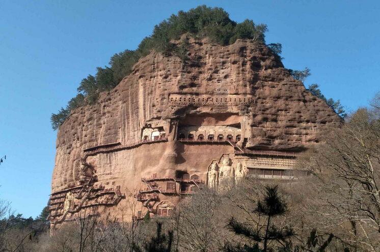Die in die 142 m hohe Felswand vom Maiji-Berg hineingeschlagenen Grotten beherbergen Wandmalereien auf einer Fläche von über 1000 Quadratmetern. Tausende von Skulpturen sind lebensecht dargestellt.