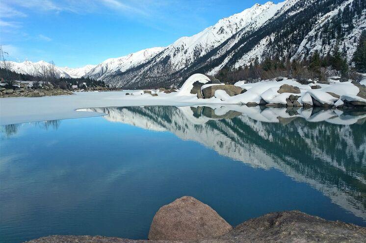 Entlang strahlend blauer Seen führt die südliche Route des Sichuan-Tibet-Highways