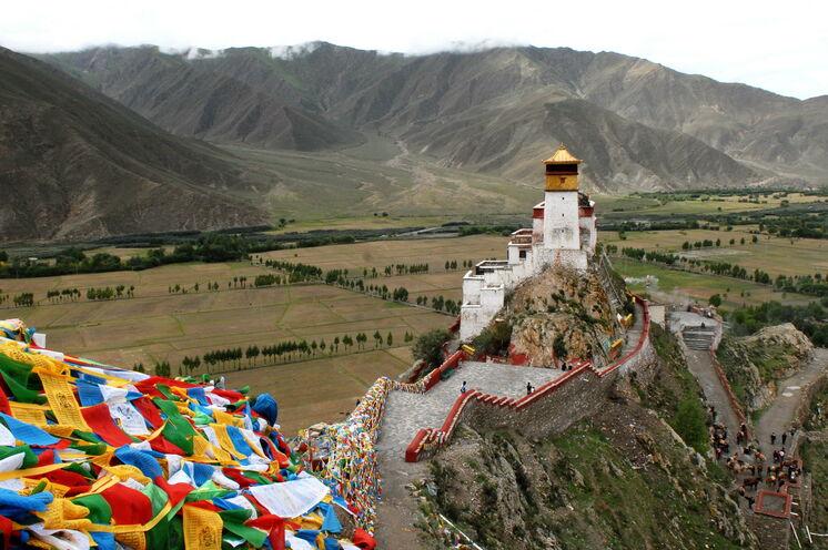 Mit über 2100 Jahren ist der Yumbulakhang die älteste Festung Tibets, gelegen am östlichen Ufer des Yarlung