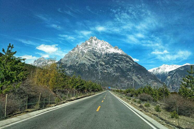 Traumhafte, selten befahrene Südroute des Ost-Tibet-Highways