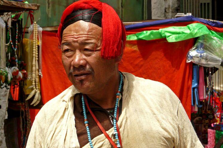Kräftige Farben prägen den Schmuck und die Trachten der Tibeter
