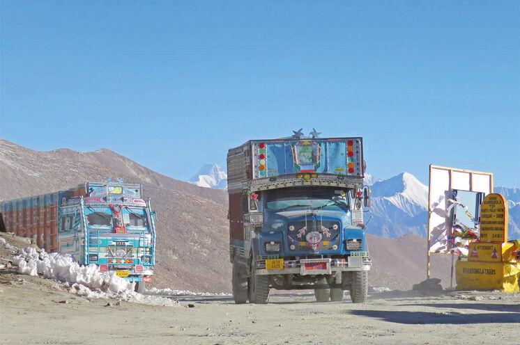 Szene auf dem Khardung La. Den höchsten befahrbaren Pass überqueren auch Sie - allerdings im komfortablen Privatbus