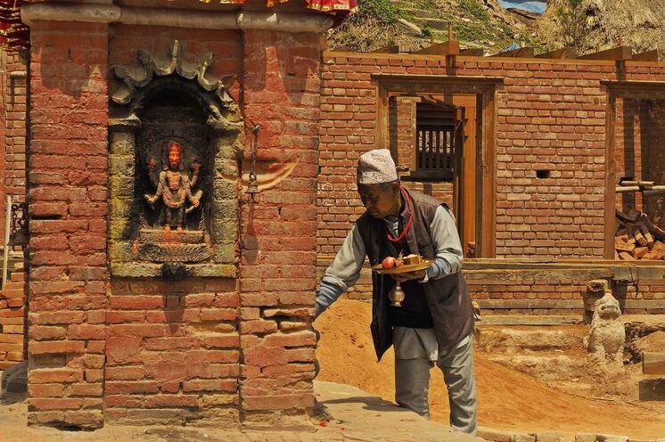 Hindu bei alltäglicher Zeremonie in Bhaktapur - Nepal