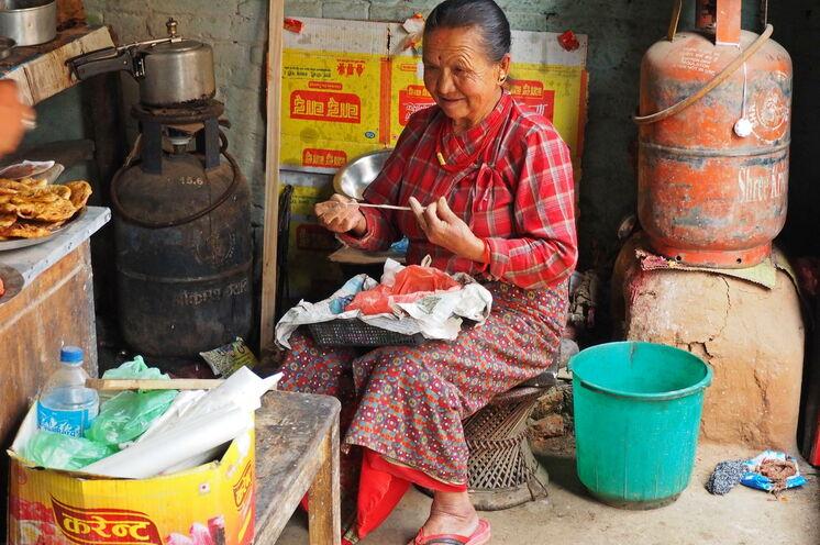 Newar Frau bei der Herstellung von Räucherstäbchen in Panauti - Nepal