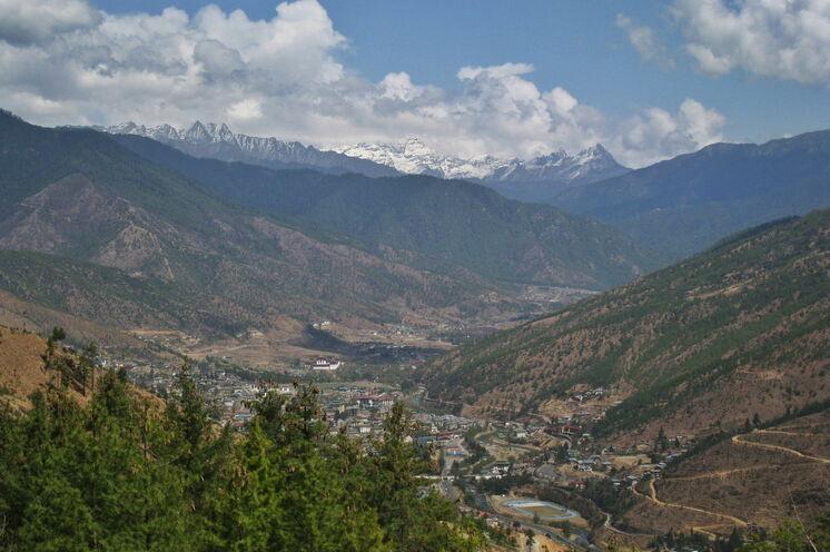 Blick über Hauptstadt Thimphu in die Berge - Bhutan