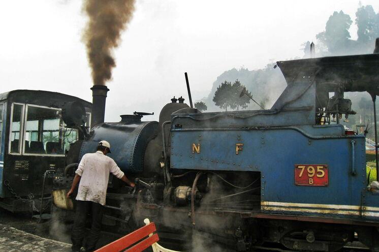 Auf die legendäre Darjeeling Bahn ist immer noch Verlass - Indien
