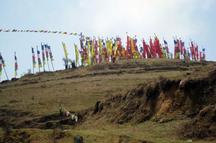 Trekkingstart unter Gebetsfahnen in Maneybhanyang - Indien