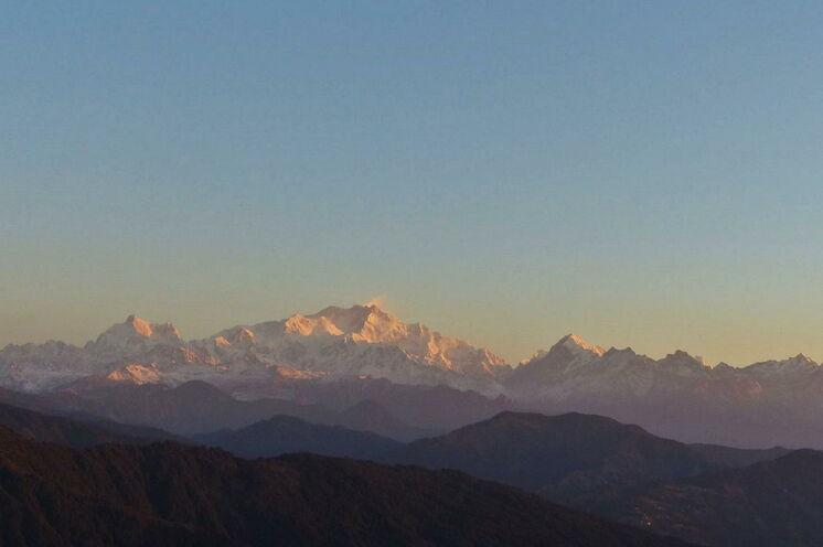 """Blick zum """"Schlafenden Buddha"""" dem Kanchenjunga von Sandhakpu - Indien"""