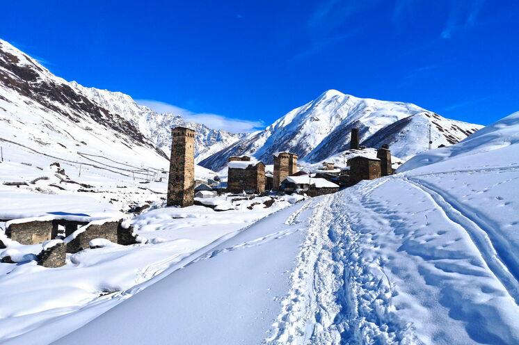 Ushguli ist eines der am höchsten gelegenen Dörfer Europas. In den Wintermonaten besuchen deutlich weniger Touristen die Region als in den langen Sommermonaten.
