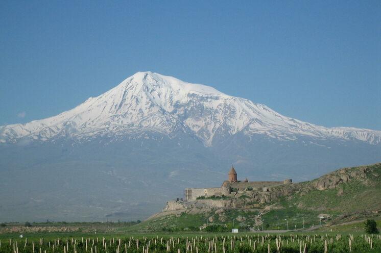 Das Kloster Khor Virap bietet einen der schönsten Ausblicke auf den Ararat (5137 m)