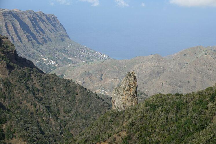 Alte Vulkanschlote, die nach der Abtragung weicherer Schichten die Gomera-Landschaft prägen