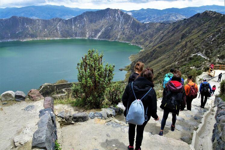 Auf die Besucher warten paradiesische Wandermöglichkeiten wie hier an der Quilotoa-Kraterlagune.