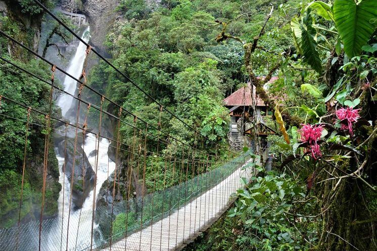 Biken entlang der Wasserfälle von Banos