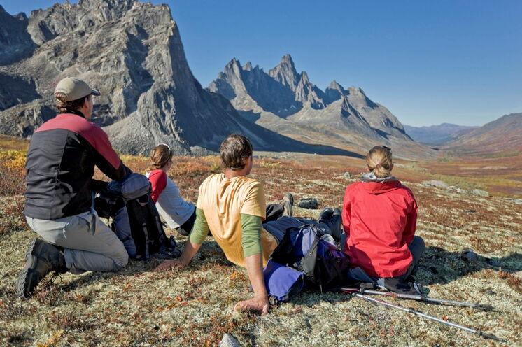 Die überwältigende Tombstone Mountain Range erkunden Sie wandernden Fußes