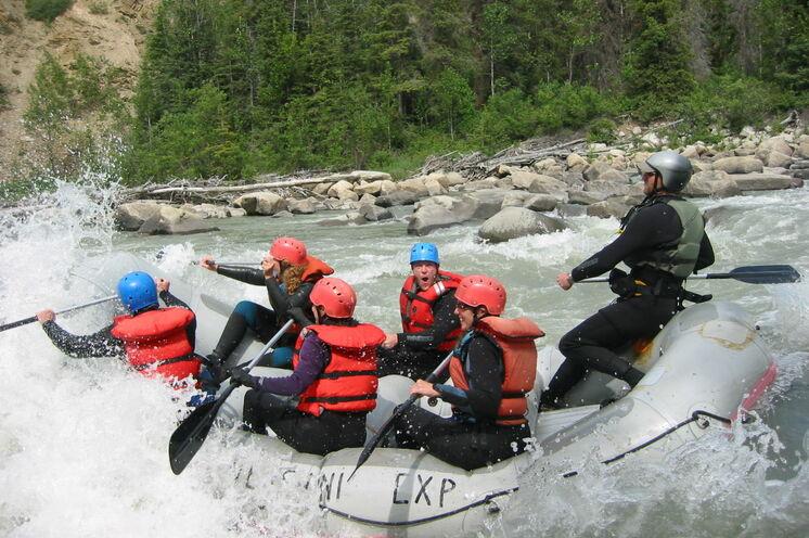 """""""Mit wilden Wassern gewaschen!"""" Auf dem Tatshenshini River können Sie sich im Rafting ausprobieren."""