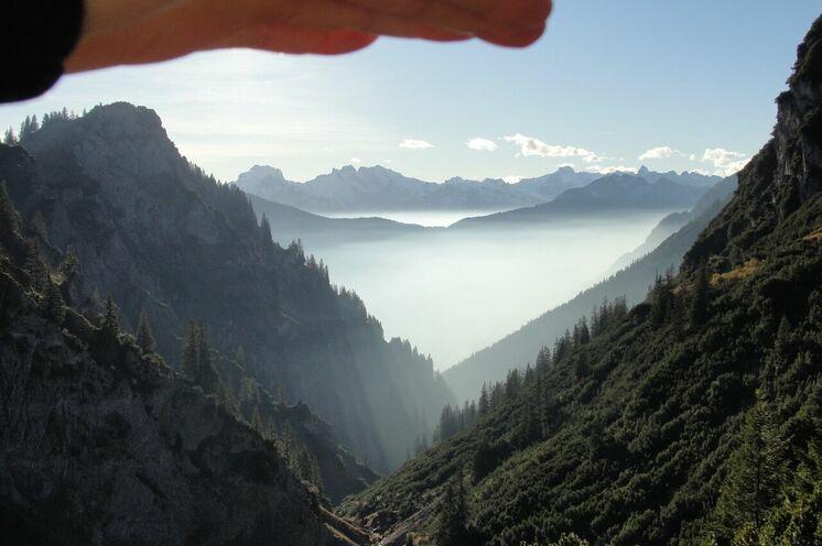 Nebelstimmung und Weitblick über das Lechquellengebirge