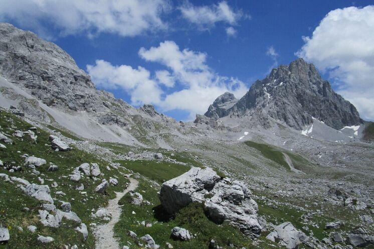 Spektakuläre Berggipfel, wohin das Auge reicht