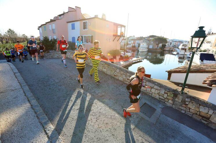 """""""Das Auge läuft mit"""" heißt es beim Golf von Saint-Tropez Marathon, wie hier im Fischerdorf Port Grimaud"""