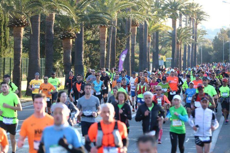 """Etwa 5000 Läufer starten über die verschiedenen Distanzen. Neben dem Marathon gibt es auch die 18 km """"Transgolfe"""" Variante. Zudem können sich auch 2 Läufer im Team die Marathondistanz je zur Hälfte aufteilen"""