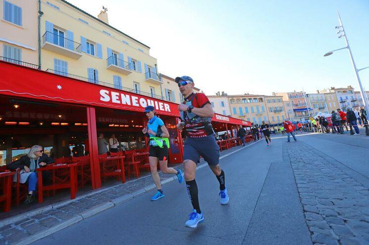 """Die Strecke führt auch durch die malerischen Altstadtgassen von Saint-Tropez. Hier endet auch die 18 km """"Transgolfe"""" Variante"""