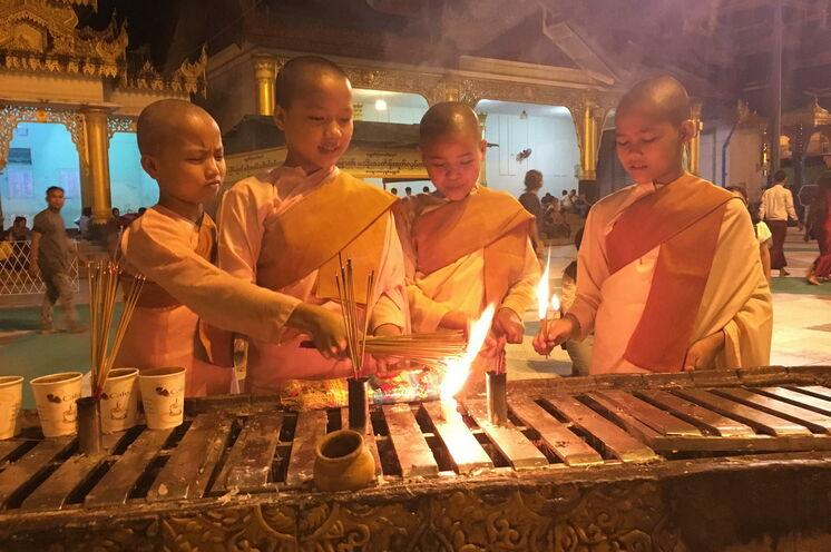 In der Shwedagon-Pagode können Sie Nonnen-Novizen bei ihren Ritualen zuschauen.