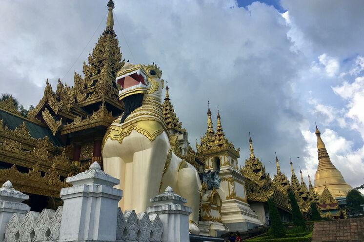 Die Shwedagon-Pagode in Yangon, das prächtigste Bauwerk Myanmars, besuchen Sie ebenfalls auf Ihrem Spaziergang