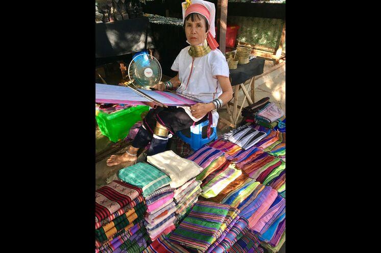 """Die stolzen """"Langhals-Frauen"""" sind bekannt für ihr traditionelles Handwerk"""