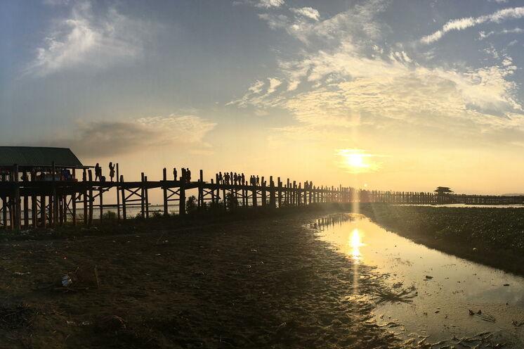 Auf der prächtigen U-Bein-Brücke, der längsten Teakholzbrücke der Welt, lässt Sie der Sonnenuntergang träumen