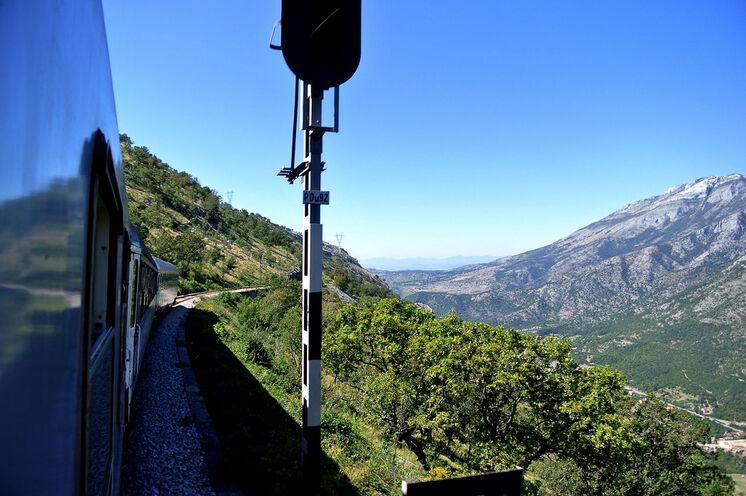 Bei der spektakulären Bahnfahrt von Podgorica nach Kolasin überwinden Sie etwa 1000 Hm, während sie zahlreiche Brücken und Tunnel passieren