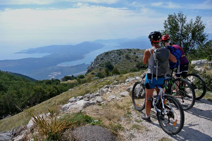 Die Radtour nach Kotor führt in Serpentinen hinab bis zur alten Hafenstadt – der Ausblick auf die Küste ist überwältigend!