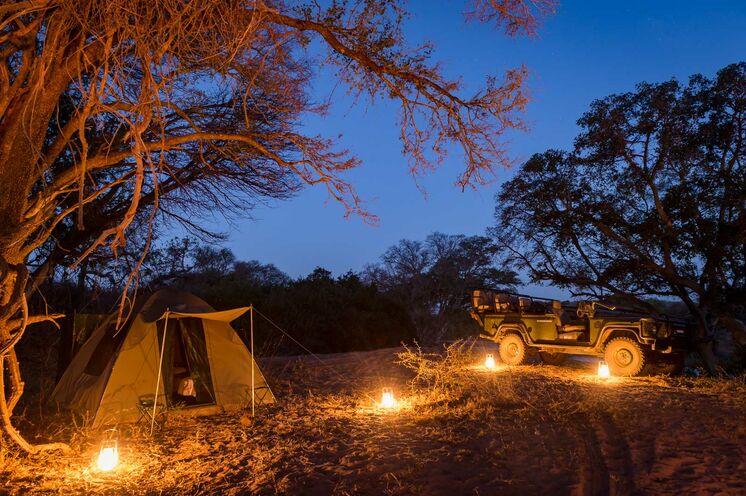 Mit dem offenen Geländewagen geht es auf Nachtpirschfahrt (© Africa On Foot)