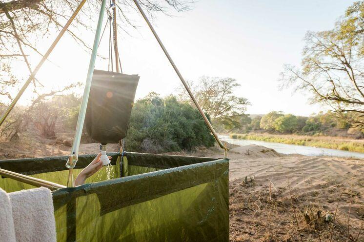 Die Dusche im Busch sorgt für Erfrischung nach einem Tag voller Erlebnisse (© Africa On Foot)