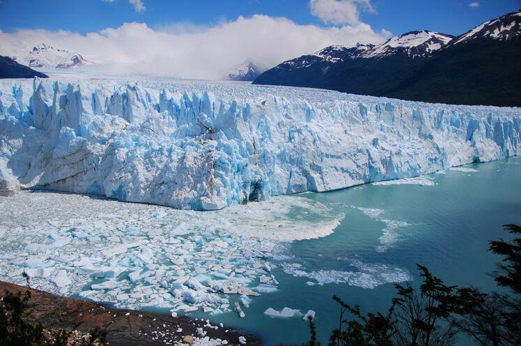 Mit dem Boot kommen Sie dem imposanten und immer noch wachsenden Perito Moreno Gletscher nah