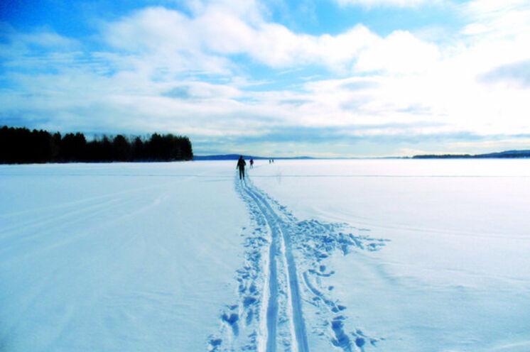 Im Land der tausend Seen gibt es immer einen See mit Loipen, der hervorragend für die ersten Unterrichte auf Langlaufski geeignet ist