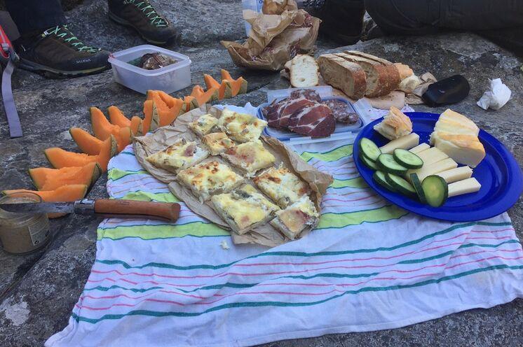 Unterwegs stärken Sie sich bei gemütlichen Picknicks mit leckeren lokalen Köstlichkeiten