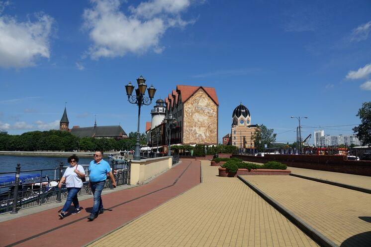 Kaliningrad. Neu gestaltete Uferpromenade und neu erbaute Synagoge.
