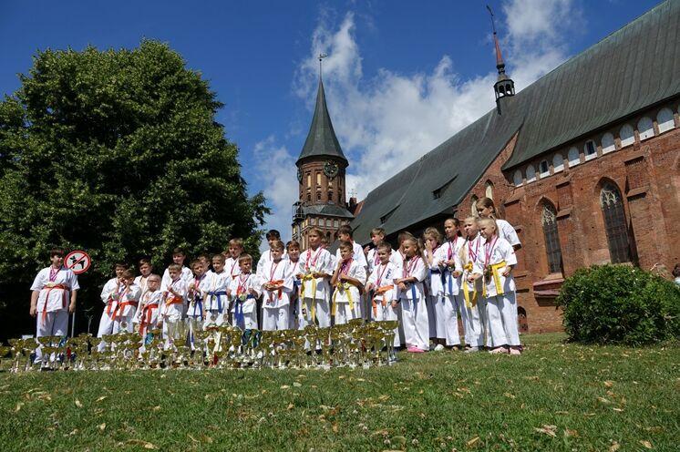 Der wieder aufgebaute deutsche Dom ist ein beliebtes Fotoobjekt..
