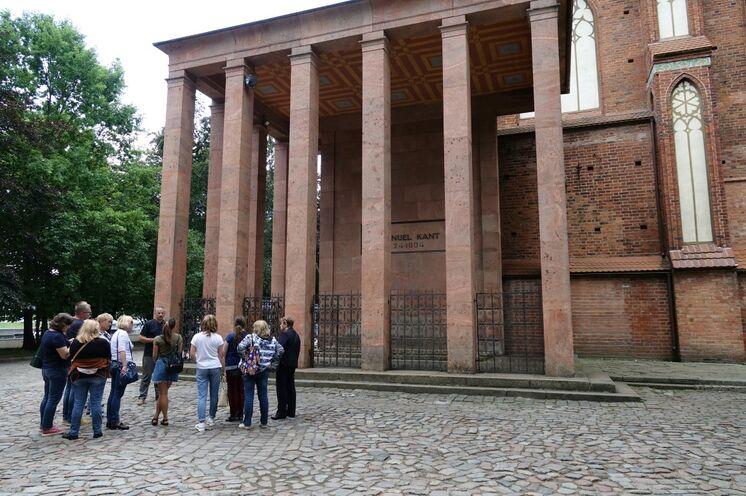 Auf der Rückseite des Doms das Grabmal Immanuel Kants.