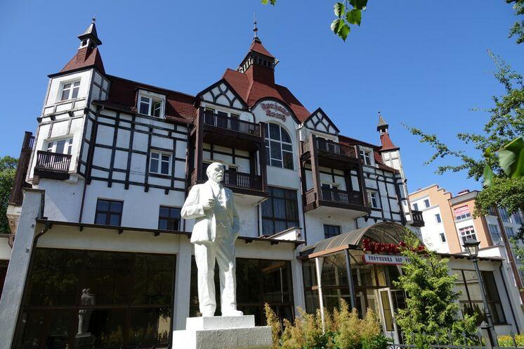 Cranz: berühmter Kurort an der Ostsee. Kurhotel mit einem Erinnerungsstück aus sowjetischer Zeit...